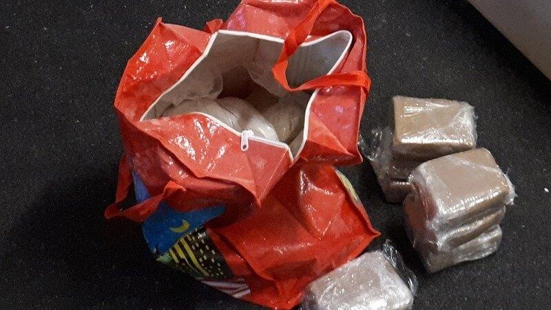 13,5 kilo heroïne uit het raam gegooid