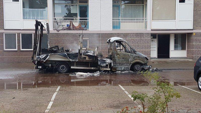 Uitgebrande bus met drugsafval